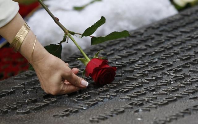 В годовщину трагедии жители британской столицы всегда вспоминают произошедшее, собираясь у мемориала и у мест печальных событий.