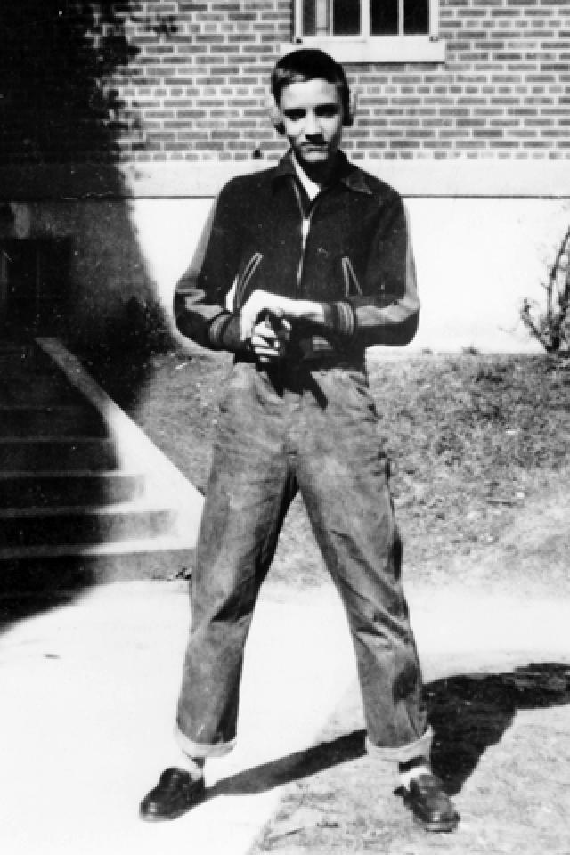 """Возможно, на такой выбор повлиял первый музыкальный успех Элвиса - за несколько месяцев до этого он получил приз на ярмарке за исполнение со сцены народной песни """"Old Shep"""", к сожалению фото этого выступления не сохранилось."""