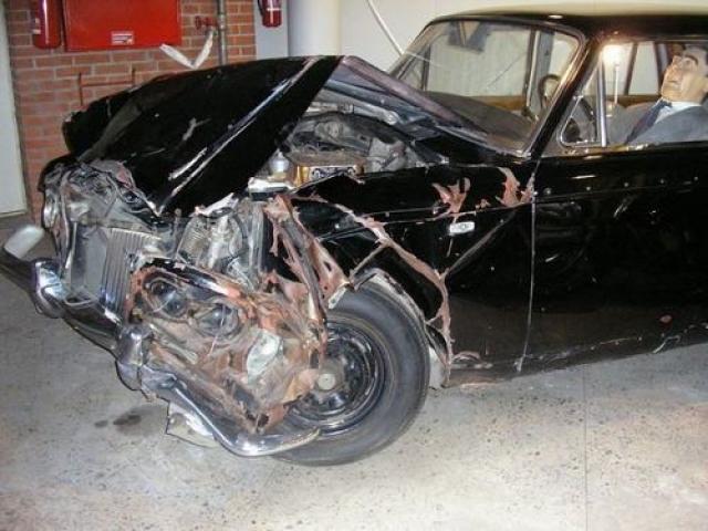 """Еще одной страстью генсека были машины. Брежнев был отличным водителем и, по свидетельству очевидцев, 150 км от Кремля до Завидова преодолевал всего за 50 мин! Из-за подобной езды в 1980 году он попал в аварию и вдребезги разбил любимый """"Роллс-Ройс""""."""