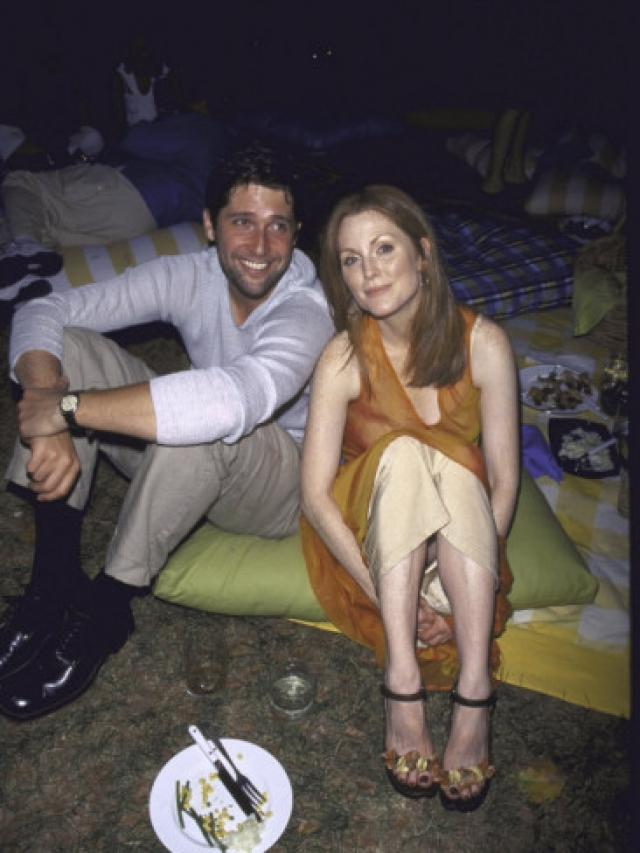 """Джулианна Мур и Барт Фрейндлих. Пара встретилась на съемках фильма """"Мифы об отпечатках пальцев"""". Джулианна, никогда раньше не заводившая служебных романов, не смогла устоять перед красавцем-режиссером."""