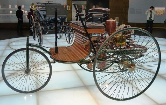 В 1887 году первый в мире автомобиль дебютировал на выставке в Париже. Таких автомобилей было создано всего три, два из которых бесследно исчезли (скорее всего, они были украдены), а третий беззаботно красуется на подиуме Германского музея в Мюнхене.