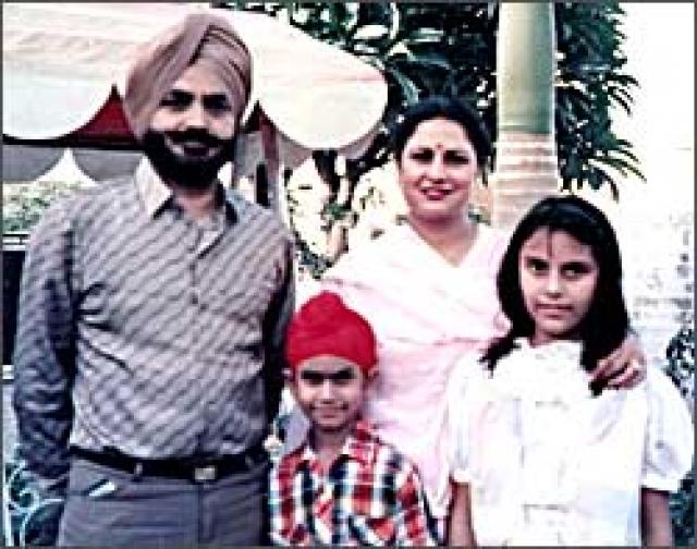 Второй пилот - 41-летний Сатвиндер Сингх Биндер. Опытный пилот, проработал в авиакомпании Air-India 8 лет. Налетал 7489 часов, 2469 из них на Boeing 747.