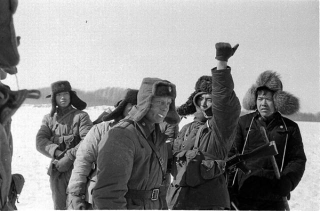 Около 10:45 Стрельников выразил протест по поводу нарушения границы и потребовал от китайских военнослужащих покинуть территорию СССР. Один из китайских военнослужащих поднял руку вверх, что послужило сигналом к открытию огня китайской стороной.