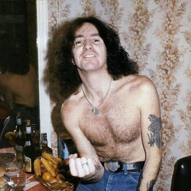Бон Скотт. Лидер австралийской хард-рок группы AC/DC умер 19 февраля 1980 года.Он был найден мертвым в свой машине.