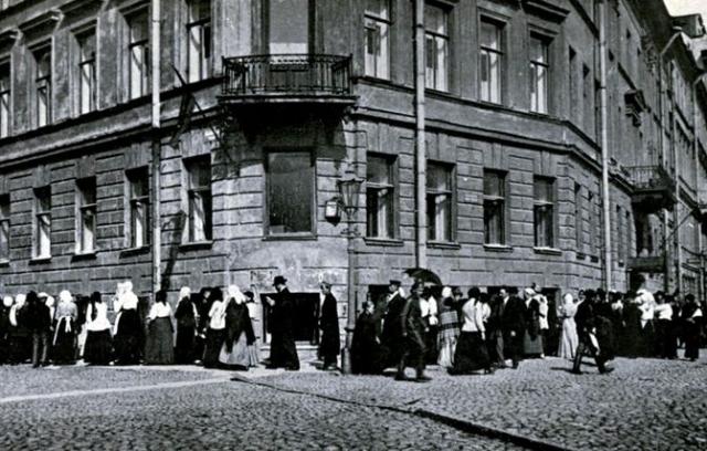 В июле 1917 года Петроград представлял собой если не криминальную столицу, то город, в котором царил фактически беспредел.