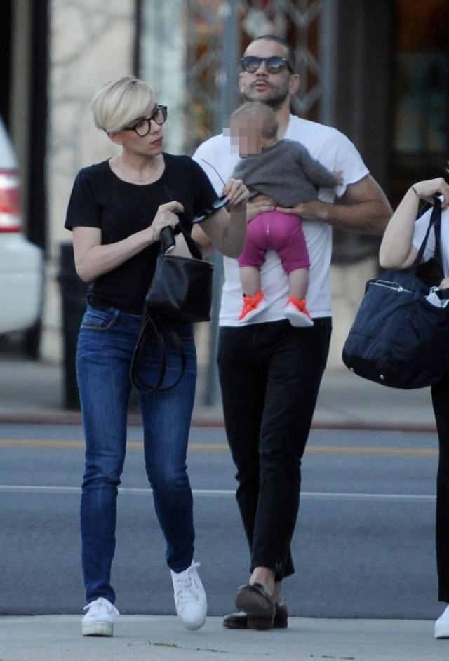 В сентябре 2014 года Скарлетт родила дочку Розу своему бойфренду, французскому журналисту Ромэну Дориаку.