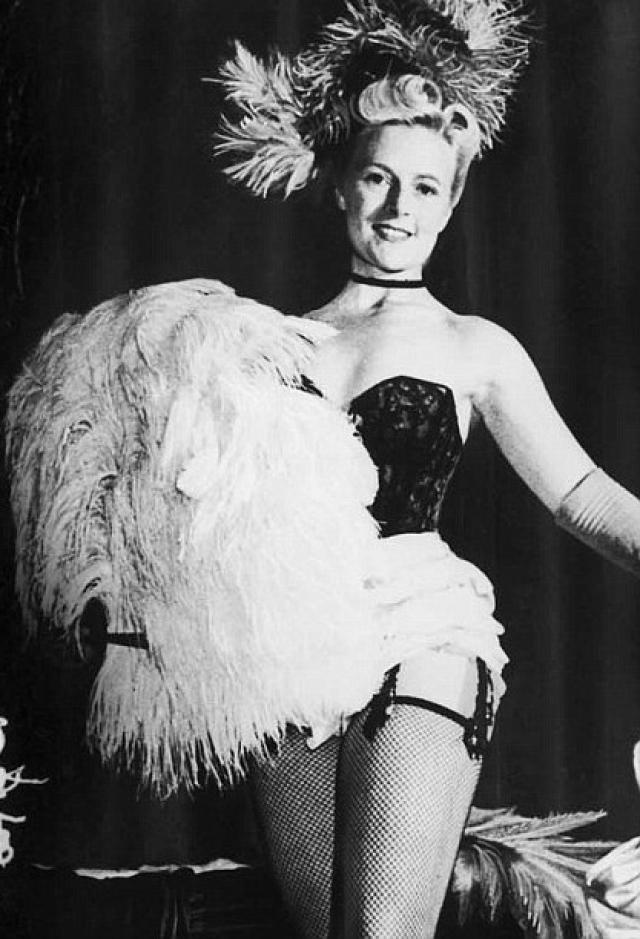 В 1942 году Филлис Дикси создала собственную стриптиз-компанию и арендовала театр Уайтхолл в Лондоне для показа стриптиз-шоу.