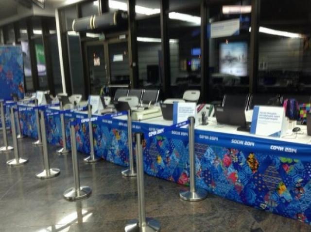 Мэтт Гэтмен, корреспондент американского телеканала ABC, прилетев в составе делегации, в аэропорту вместо сотрудников оргкомитета Олимпиады обнаружил пустые стойки.