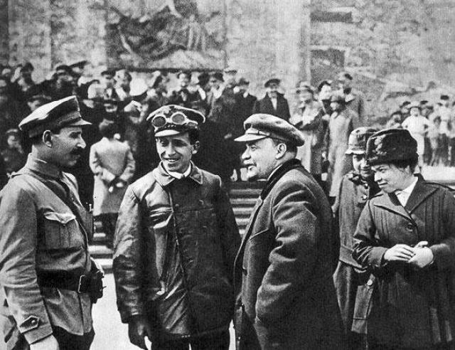 Такая версия получила распространение уже после распада СССР, официально виновность Каплан в покушении сомнению никогда не подвергалась. Отравленные пули также являются мифом, поскольку от такого поражения вождь революции скорее всего скончался бы.