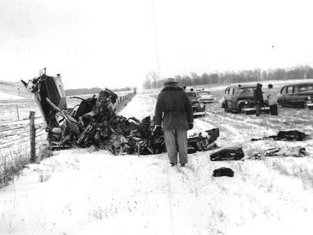 Кэрролл Андерсон, который отвез музыкантов в аэропорт и засвидетельствовал взлет самолета, опознал жертв катастрофы.