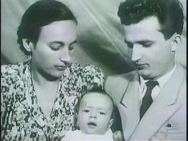 После окончания Второй мировой они поженились. На протяжении многих лет политической жизни Николае, Елена Петреску, в те годы малообразованная работница-текстильщица играла все возрастающую роль, и стала, впоследствии, далеко не последним человеком в политических решениях диктатора.