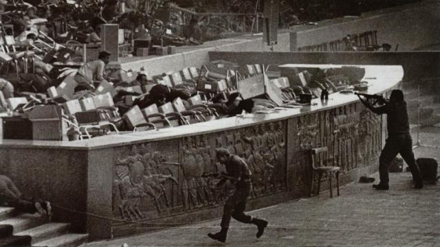 Во время военного парада в египетской столице из грузовика высыпали солдаты и стали стрелять в президента и его окружение. Садат и еще семь высокопоставленных чиновников были убиты.
