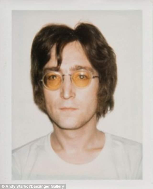 Джон Леннон , участник группы The Beatles. Погиб в 1980 году.