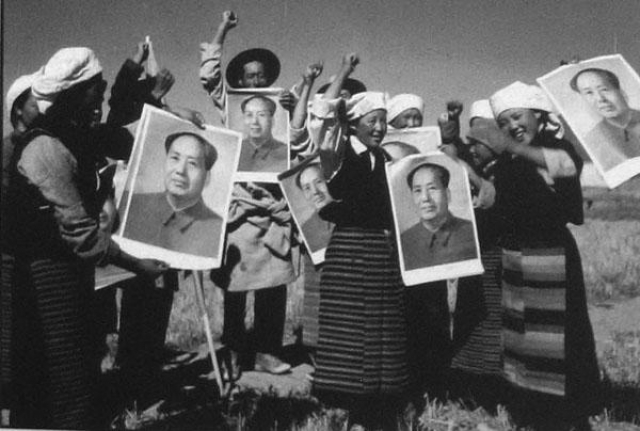 Именно тогда культ личности Мао достиг апогея. Велосипедисты не смели появляться на дорогах без портрета вождя…