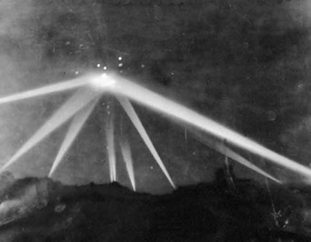Спустя всего несколько месяцев после нападения на Перл-Харбор в 1942 году, неосознанные летающие объекты были замечены в небе над Лос-Анджелесом, штат Калифорния.