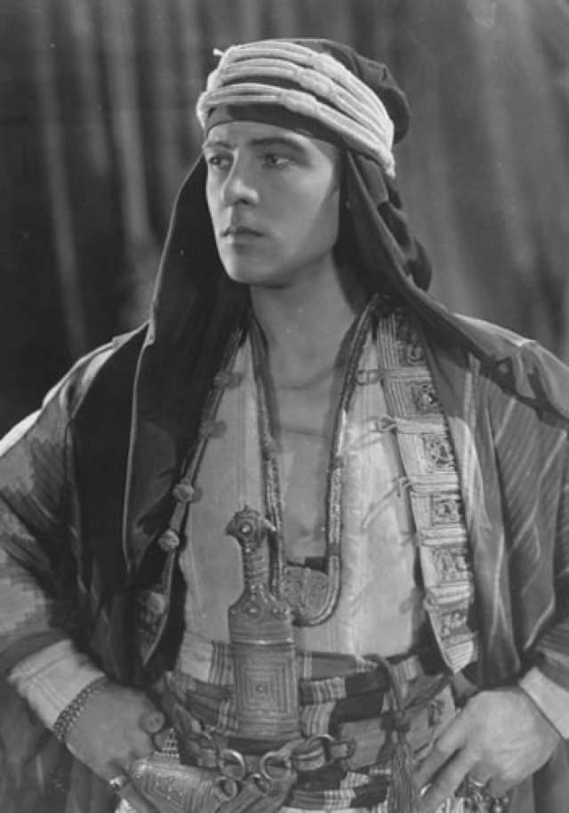 """В 1921 году Валентино сыграл главную роль в фильме """"Шейх"""", в котором изобразил рокового любовника и который с тех пор """"прилип"""" к нему. Но от скандалов актер уйти не смог так же легко, как он ушел со своей родины."""