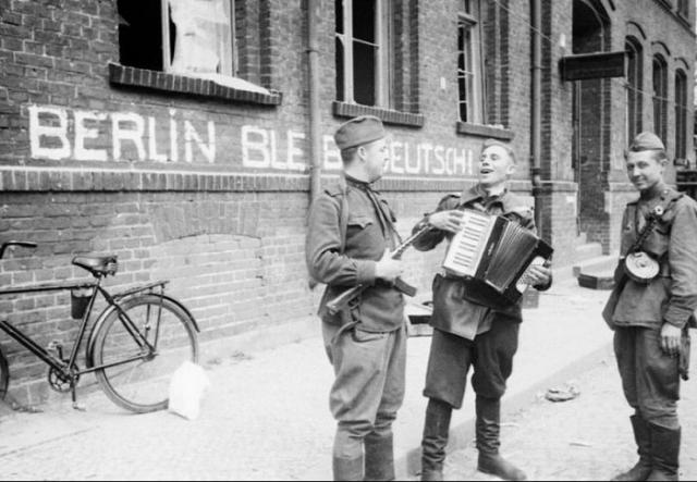 Советские солдаты с гармонью на одной из улиц Берлина.