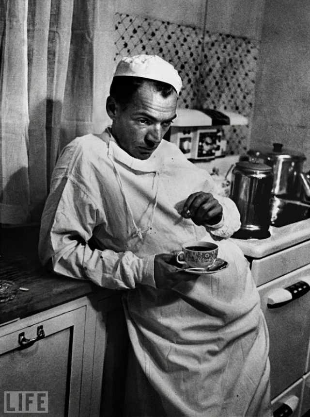 Сельский врач (Country Doctor, W. Eugene Smith, 1948). Сельский доктор Эрнест Цериани, бывший единственным врачом на 1200 квадратных миль региона, после неудачной операции кесарева сечения, в ходе которой из-за осложнений погибли мать и ребенок.