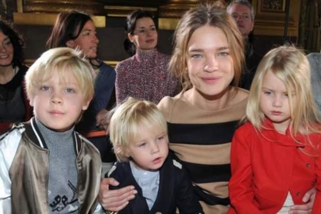 От брака с Портманом у Натальи растет трое детей, а четвертого она родила уже нынешнему избраннику.