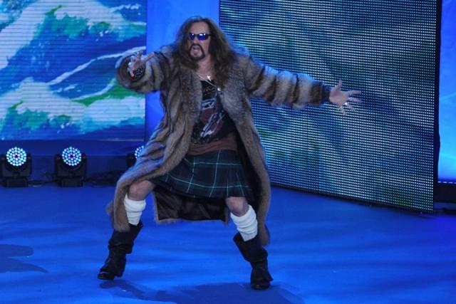 Эпатажный актер и певец любит носить юбки, имитирующие шотландский килт, но напоминающие больше школьную форму.