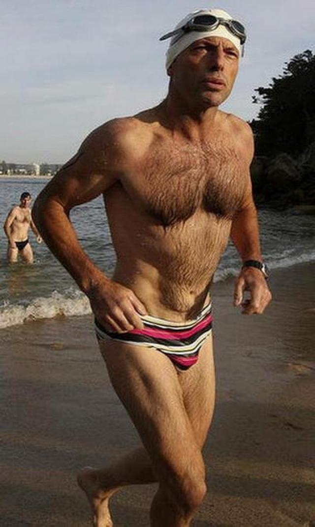 """Австралийцы издеваются над своим премьером Тони Эбботом за его пристрастие к плавкам """"попугайской"""" расцветки."""