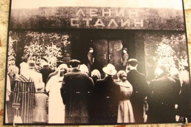 """В июле 1960 года житель города Фрунзе татарин Минибаев, как записано в протоколе его задержания, """"прыгнул на барьер и ударом ноги разбил стекло саркофага""""."""