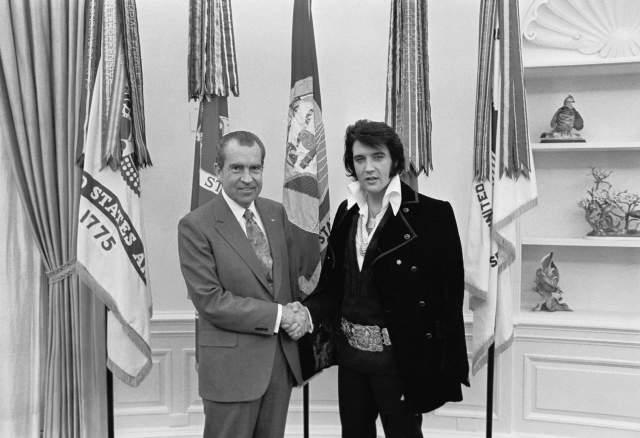 Элвис Пресли и Ричард Никсон. Снимок является самым востребованным в Национальном архиве США. По популярности фото опережает изображения высадки американских астронавтов на Луну и подписанных в XVIII веке Декларации независимости США от Великобритании и Билля о правах.