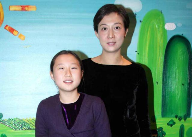 Будучи на седьмом месяце, актриса публично заявила, что ждет ребенка от Чана, но ничего кроме скандала не добилась: ребенка он признавать не спешил, а законная жена простила ему измену.