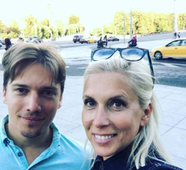 Алена Свиридова также уже разменяла шестой десяток, однако на снимках с сыном Василием, которому 34, ее легко можно принять за его старшую сестру.