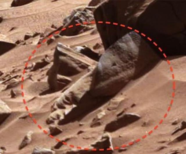 """В феврале 2014 года Curiosity сделал фото """"головы"""", высеченной из камня."""