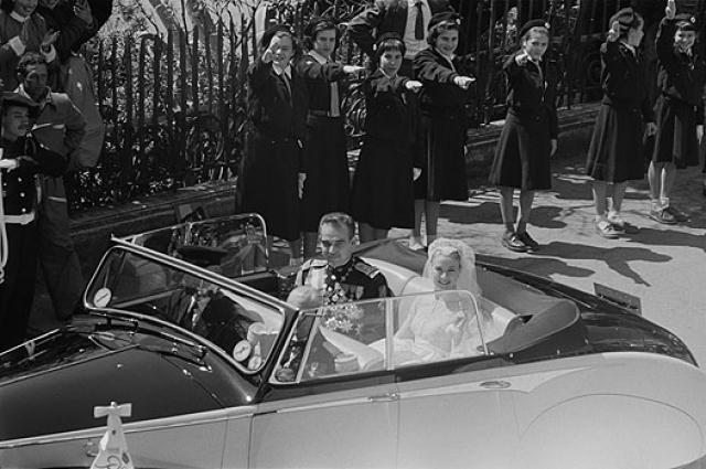 На улицах Монако в торжественный день 19 апреля 1956 года собралось более 20 тысяч поклонников знаменитой актрисы. За живой трансляцией следили, припав к телевизорам, более 30 миллионов жителей планеты.