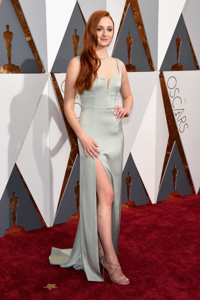 Софи Тернер в платье со смелым разрезом от Galvan