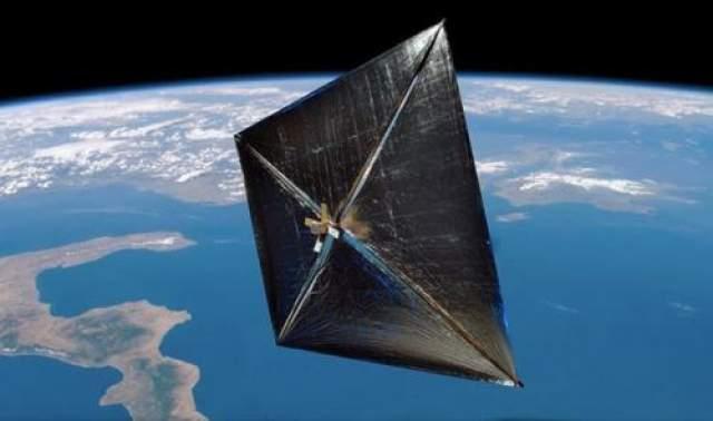 """Солнечные паруса В 1865 году в фантастическом романе """"С земли на Луну"""" Жюль Верн выдвинул идею солнечных парусов. Эта смелая догадка получила воплощение через 145 лет, когда был использован первый солнечный парус (IKAROS)"""