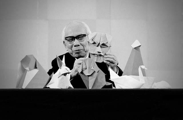 Ёсидзава за свою долгую и полную трудностей жизнь разработал азбуку оригами и придумал более 50 тыс. моделей, написал 18 книг по оригами и изобрел технологию мокрого складывания, по которой можно складывать красивые фигурки с округлыми формами из плотной бумаги.