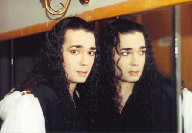 """Игорь Наджиев. Пожалуй, один из самых странных исполнителей начала 90-х в нашей стране: длинные волосы, броский макияж и маникюр, явно """"подправленный"""" хирургами нос… Образ напоминал скорее участника готик-группы."""