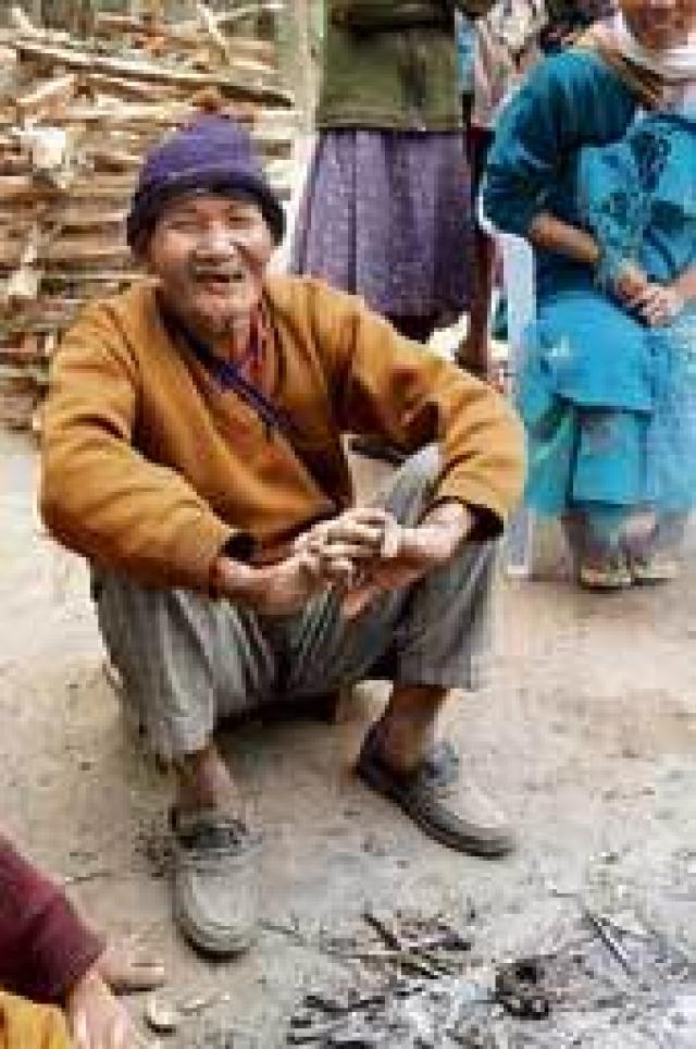Проведя 54 года в психиатрической лечебнице, Лалунг забыл свою семью, диалект, на котором говорил в молодости, и даже не может назвать еду, которую любит. Сейчас Лалунг говорит, что просто дожидается мирной кончины.