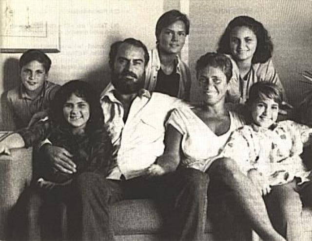 Родители Хоакина Феникса. Мать актера, Арлин Шэрон Феникс, происходила из семьи осевших в Бронксе еврейских иммигрантов из Венгрии и России, а его отец, Джон Ли Баттом - из испано-ирландской семьи.
