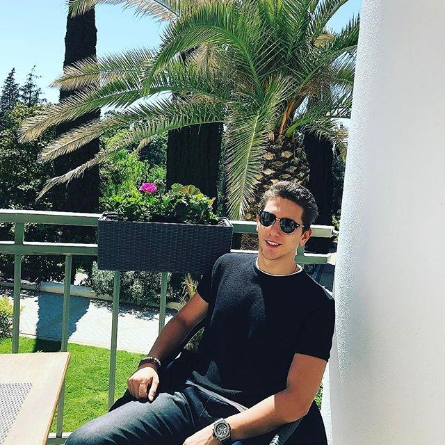 Каждую осень ребята с семьей ездят отдыхать в Дубай, а летом расслабляются в Монако и на Сардинии.