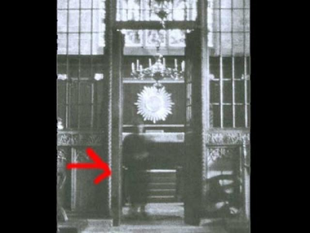 """Как говорится в книге """"Настоящие привидения"""" автора Бреда Стейгера, где был опубликован этот снимок, в церкви в это время был только один фотограф. Поскольку фигура, возникшая на фото, была вся в черном, предположили, что это был священнослужитель."""