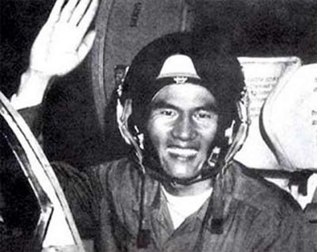 """Первый азиатский космонавт - вьетнамец Фам Туан, покинувший Землю на советском корабле """"Союз-37"""", 23 июля 1980 года."""