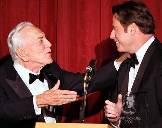 """На кинофестивале в Санта-Барбаре Джон Траволта поцеловал в губы легендарного Кирка Дугласа , вручавшего ему премию как раз за роль в """"Лаке для волос"""", чем привел старика в полное недоумение."""