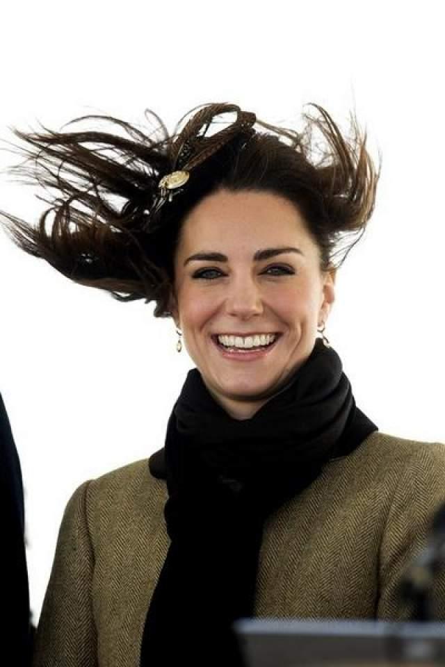 Вообще, когда дуэт ветрище, Кейт не переживает о королевской элегантности, а попросту веселится.