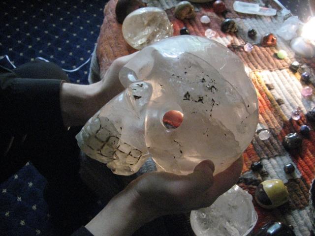 Поверхность черепов не имела ни малейших следов какой-либо обработки металлическими инструментами и была, по-видимому, отполирована специальной пастой, секрет которой не дошел до нашего времени.