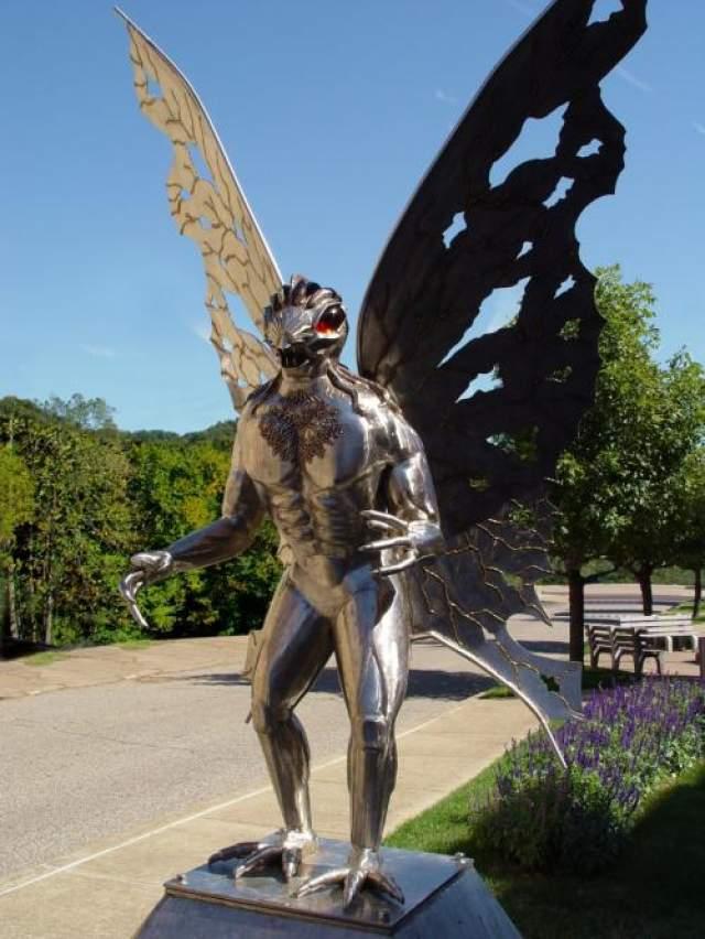 Человеку - мотыльку, который стал героем, как книги, так и фильма (в Пойнт Плезанте ему даже была поставлена статуя) есть множество объяснений. Некоторые полагают, что он внеземного происхождения, другие думают, что он мутант или криптид, а некоторые полагают, что народ Пойнт Плезанта на самом деле испугался сов или канадских журавлей. В любом случае, сообщения о Человеке - мотыльке прекратились после того, как 15 декабря 1967 года рухнул Серебряный мост, убив 46 человек. Это заставило многих поверить в то, что эти два события как-то связаны.