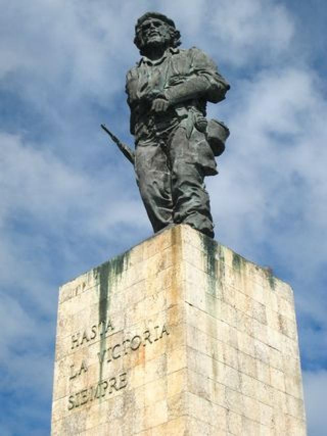 В Аргентине, на родине революционера, есть множество музеев, посвященных ему, а в городе Росарио в 2008-м году была установлена бронзовая 4-метровая статуя Че.