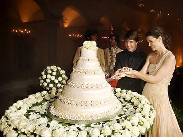 Для молодоженов пел сам Андреа Бочелли, а подвенечные наряды создавал Джорджио Армани - платье стоило $45 000, смокинг - $3 000. Брак оказался менее сказочным, чем вся церемония и распался через шесть лет.