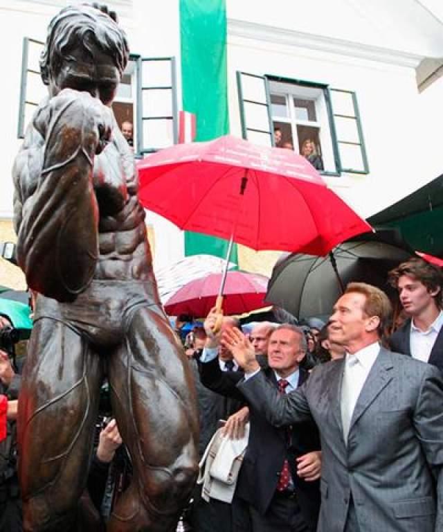 6 октября 2011 года: бывший губернатор Калифорнии с сыном Патриком присутствуют на торжественной презентации статуи во время открытия музея Арнольда Шварцнеггера в доме, где актёр провёл своё детство.