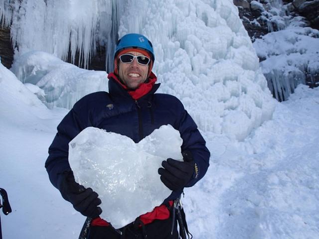 Эрик известен тем, что стал первым в мире скалолазом, который достиг вершины Эвереста, будучи незрячим.