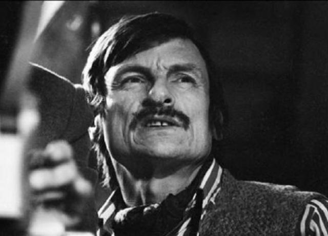 """В 1984 году во время командировки в Стокгольм, где Андрей должен был обсуждать съемки фильма """"Жертвоприношение"""", прямо на пресс-конференции объявил, что на Родину не вернется."""