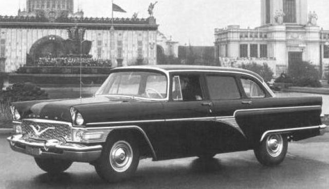 Чайку разработали в 1957 году, и она сменила уходящую в прошлое М-12. Она оснащалась автоматической трансмиссией, а благодаря мощному 5,5-литровому мотору была способна разогнаться до 160 км/ч.